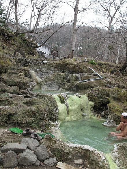 温泉そのものは素晴らしいが、隣が遊歩道になっており、決して風情がある訳ではない。