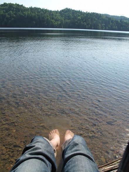 PM 2:30  暑くて目が覚め、湖で足を冷やす