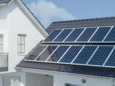 Dach eines modernen Wohnhauses mit Solaranlage