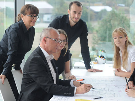 Mitarbeiter im Architekturbüro Klein bei der Architekturplanung