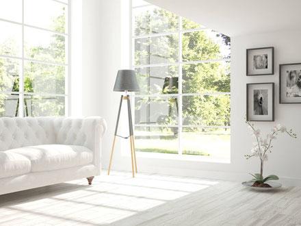 Helles Wohnzimmer mit großen Fenstern nach der Modernisierung