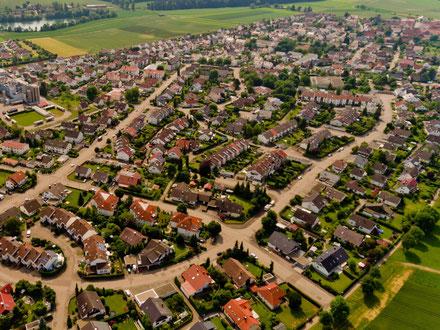 Luftbild einer Wohngegend nach abgeschlossener Projektentwicklung