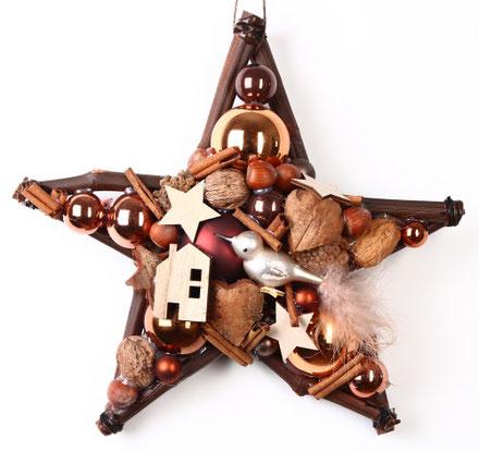 Brauner Stern mit Accessoires aus Holz, Glasvögelchen und Vogelhaus
