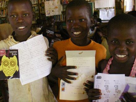 左からOpwonya Kenneth(4), Obedi Andrew(2), Ayero Rwot Nancy(4)。左の2名は兄弟、Nancyはもう一人Aol Fionaも含め彼ら全員を育ててくれている兄弟の祖母の亡弟の娘!兄弟にとり、叔母?