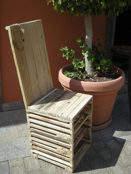 silla de madera reciclada con baldas interna para reponer zapatos o libros