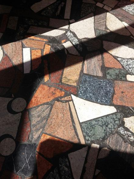 Die Steine der Gegend uaf dem Fußboden des Cafes