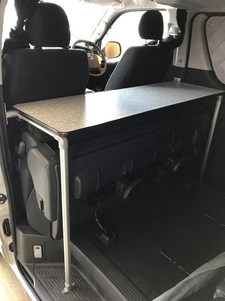 ハイエースで車中泊するのに便利なオーダー製テーブルです。