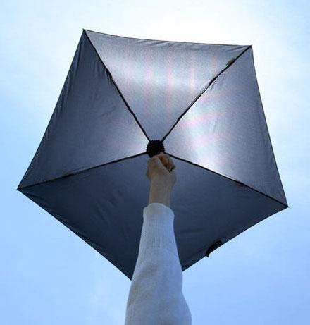 <太陽光が透けるのが一般的な晴雨兼用傘>