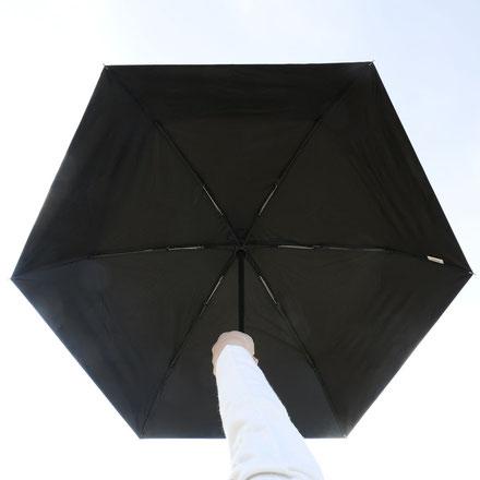 <遮光率99.99%以上の生地は太陽光の透過が見えない>