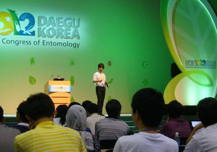国際昆虫学会議における基調講演。4年に1度開催され世界各国から数千人が参加する「昆虫学のオリンピック」ともいわれるこの分野最大の学会です。2012年8月韓国・大邱にて。