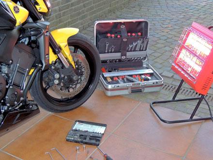 Eine mobile Infrarot Heizung in Motorrad Werkstatt