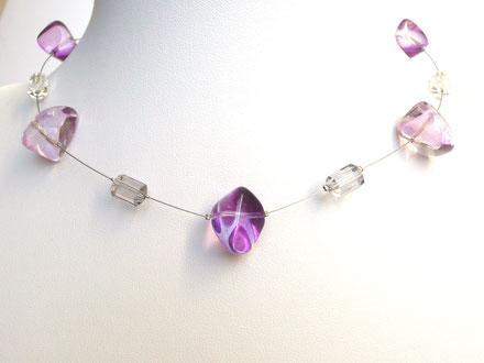 Halskette mit Glasperlen in Kieselform und Kunststoffperlen lila/grau