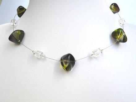 Halskette mit Glasperlen in Kieselform und Kunststoffperlen grün/kristallklar