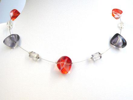 Halskette mit Glasperlen in Kieselform und Kunststoffperlen rot/grau