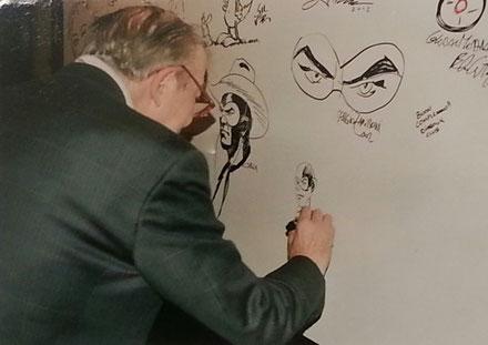 Coretti mentre disegna il suo ultimo Diabolik