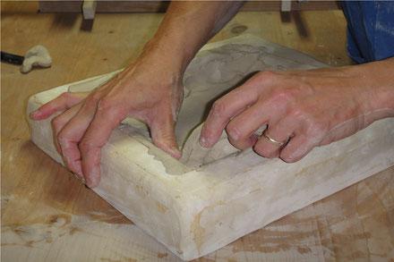 Einformen von Relief Plättli und Ofenkacheln
