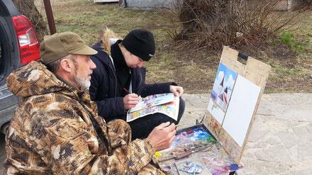 Владимир Кузнецов и его ученик рисуют Беховскую церковь