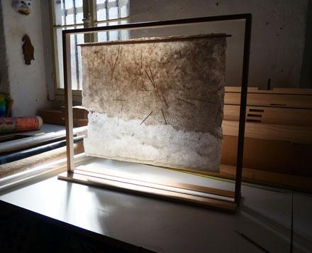 """Chez l'artisane encadreuse Brigitte Mahon à Bordeaux avec qui nous avons imaginé un écrin pour les œuvres de la série """"Écumes"""". Les feuilles sont suspendues dans un caisson de verre encadré de baguettes de chêne."""
