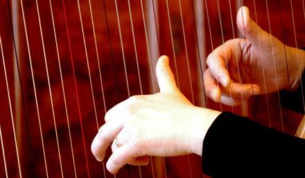 Harfenspielerin Michaela Brinkmeier hat Angebote zu Klang und Meditation, Klangreise ins Märchenland, Klangmassage, Herzmeditation, Fantasiereise, Klangmeditation, bundesweit, insbesondere in OWL, Ostwestfalen, Westfalen, Gütersloh, Paderborn, Bielefeld.