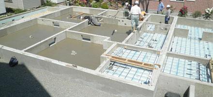 晴れた日の新築工事の中の基礎断熱工事の現場です。基礎は布基礎で土間コンが打たれ、一部断熱材・メッシュ筋が施工され高くなっています。