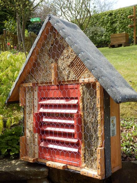 G1 /  kombinierte Wildbienenbrutstätte u. Überwinterhilfe für Schmetterlinge, Marienkäfer sow. Florfliegen - verkauft!