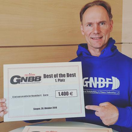 Berend Breitenstein mit dem Scheck über 1.400 Euro für den Sieger der GNBB Pro Division. Die Plätze 1-5 erhalten eine Geldprämie.
