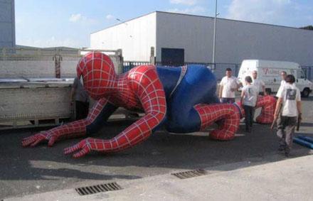 Spideman Corporeo de 8 metros de largo, se fabricón para la fachada del estadio de futbol Estadio Calderón con motivo de la presentación de la pelicula Spiderman II