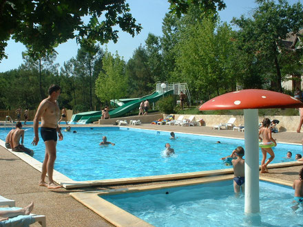 Swimming-pool in Camping de l'Etang de Bazange Dordogne