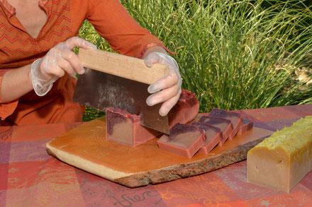 Seifenblock schneiden,  Ausformen der Seife, Rotweinseife