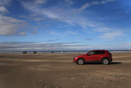 硬い砂浜なので奥まで入ることができた