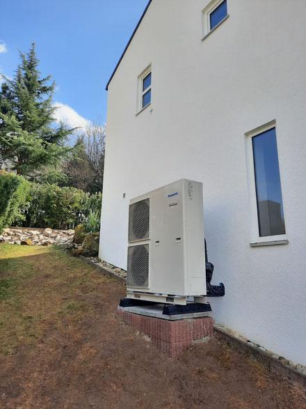 Außengerät einer Panasonic Luft-Wasser-Wärmepumpe © iKratos