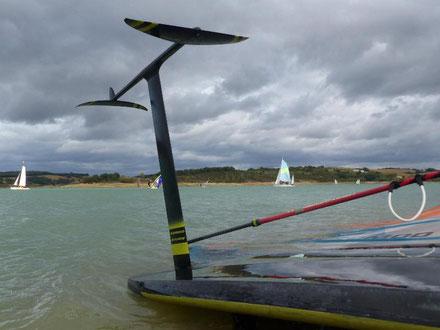 Windfoil Aeromod 2020 noir et jaune, au lac de la Ganguise, en octobre 2020