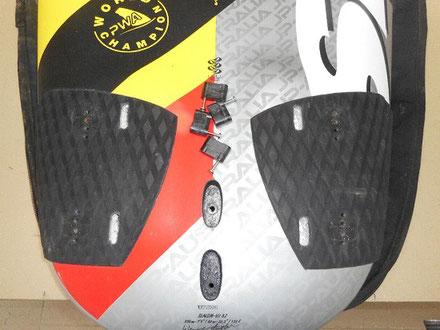 détail de l'arrière d'une planche, modification des footstraps, étape 1 - windfoil aeromod