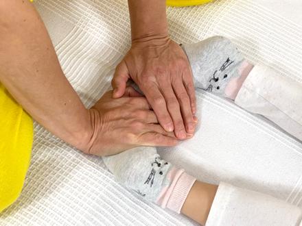 Shiatsu für Kinder die Fußsohlen mit den Händen behandeln