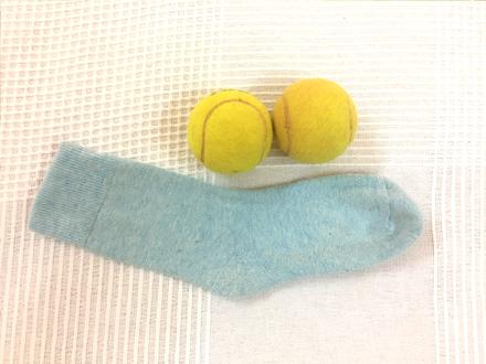 Du brauchst für den Wundersocken zwei Tennisbälle