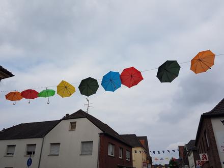 Regenschirm-Aktion in der Stadt