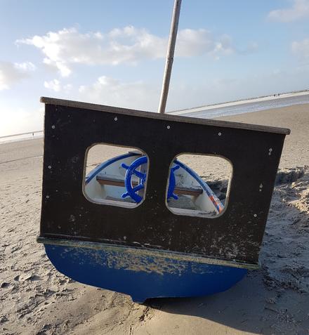 Kleines Boot am Strand auf Amrum