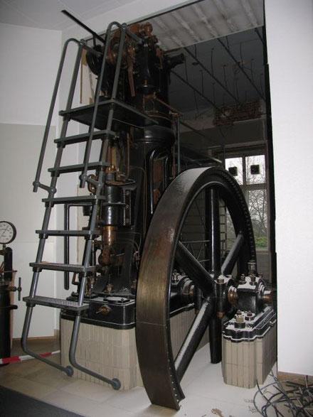 """Der 2. Krupp-Dieselmotor, Bj 1898, bei der """"Historischen Ausstellung Krupp"""" in Essen zwischen 1961 und 2004."""