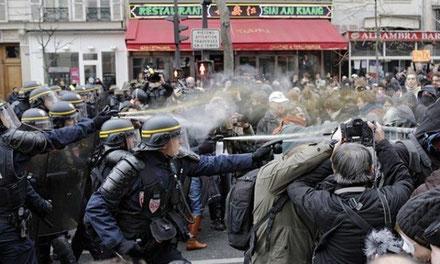 Paris, d. 29. 11. 2015: Politiet angriber klimademonstrationen