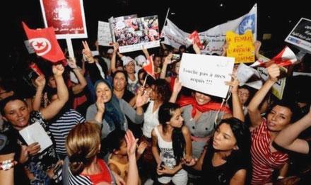 """""""Rør ikke ved vores rettigheder!"""" Over 20.000 deltog i kvindernes demonstration den 13. august 2012 i Tunis."""