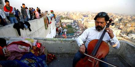 Bagdad, november 2019: Karim Wasfi ledsager protesterne mod regeringen med sin cello