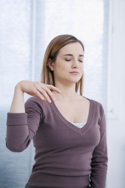 Eine Frau kann dank Hypnose entspannen. Entspannen auch Sie durch Hypnose in Berlin!