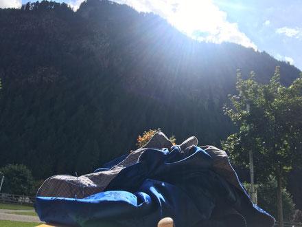 blauer Rock beim reihen in Südtirol