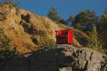 Achtsamkeit zu üben, bedeutet die eigene Aufmerksamkeit auf das Hier & Jetzt zu richten - ohne zu urteilen und zu werten: es ist nur ein Stuhl...