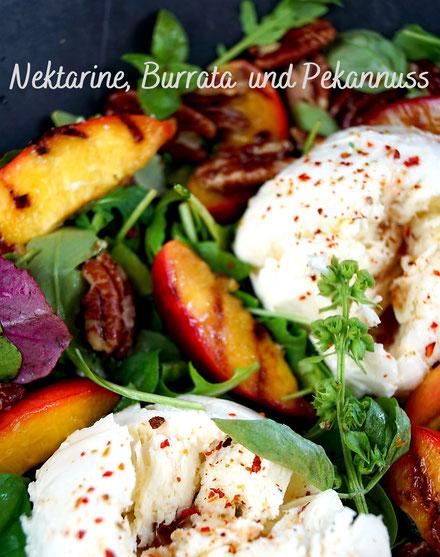 Salat mit gegrillter Nektarine, Burrata und Pekannüssen