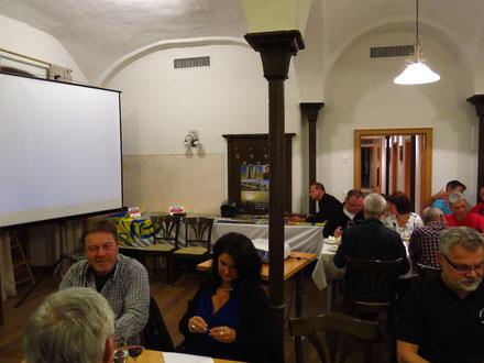 """Interessiertes und fachkundiges Publikum bei """"Global Adventure Tours"""" (GAT) im Hotel """"Zum Alten Gut"""" in Würzburg-Heuchelhof"""