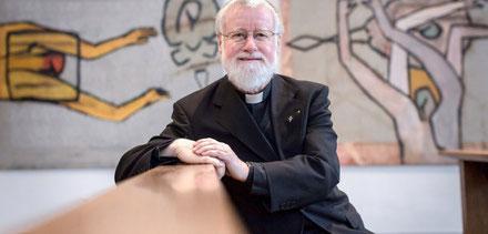 Pfarrer Bernhard Lücking (70) war elf Jahre in Duisburg tätig. Hier in der Kirche St. Joseph vor Bildern der Malerin Martina Meyer-Heil. (WAZ-Foto: Lars Heidrich)