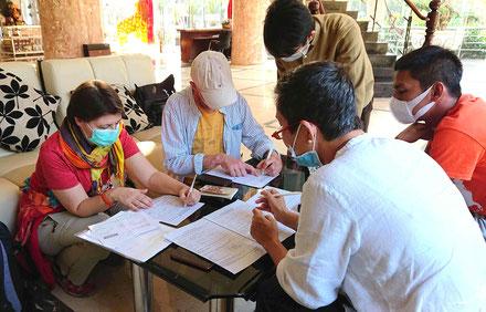 Vietnam-COVID19-CORONA-Reisegruppe-desinfizieren-Gesichtsmaske-Formulare-ausfüllen-neue-Art-des-Reisens-Routine-Entwicklung-Ausbreitung-Zeitzeugen