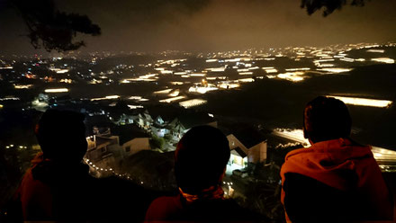 Vietnam-DaLat-Tour-Reise-Silhouetten-Blick-ueber-naechtliche-Kulisse-Gewaechshaeuser-Obst-Gemuesegarten-fuer-Suedvietnam