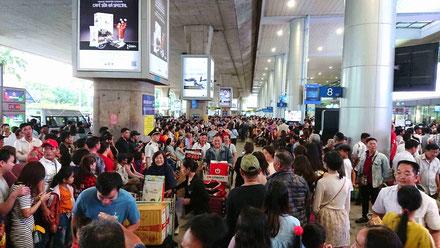 Ankunftsbereich-Flughafen-Saigon-kurz-vor-TET-Fest-2020-Menschenmassen-Anreise-Visum